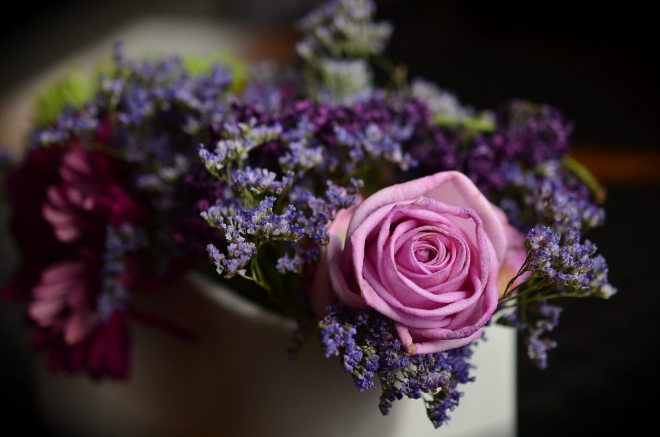Faire livrer des fleurs pour réconforter un proche lors d'un deuil